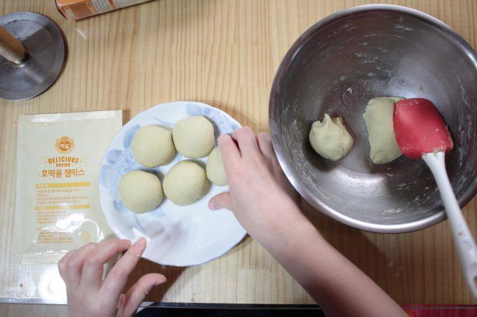 【時短で簡単】韓国の定番屋台おやつ「ホットク」レシピ【ミックス粉を使うよ】