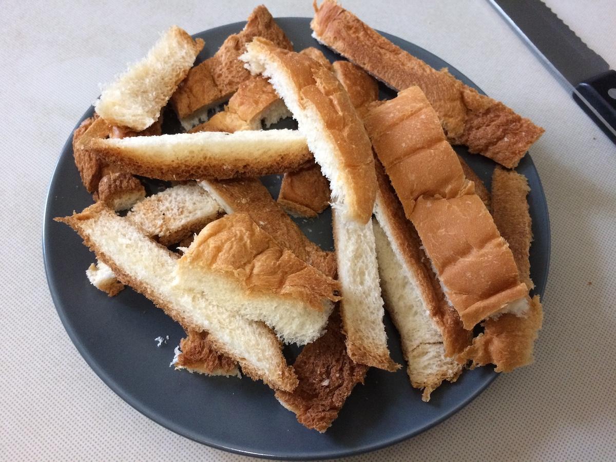 【簡単おやつ】残った食パンの耳で手作りラスク!材料たったの3つだけ【フライパン】