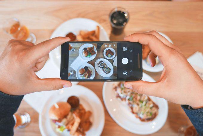 SNSやブログ用に料理の写真を撮る人